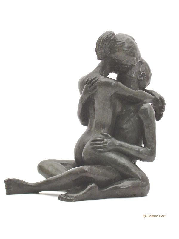 Statue en bronze d'un couple d'amoureux enlacés, photo 1