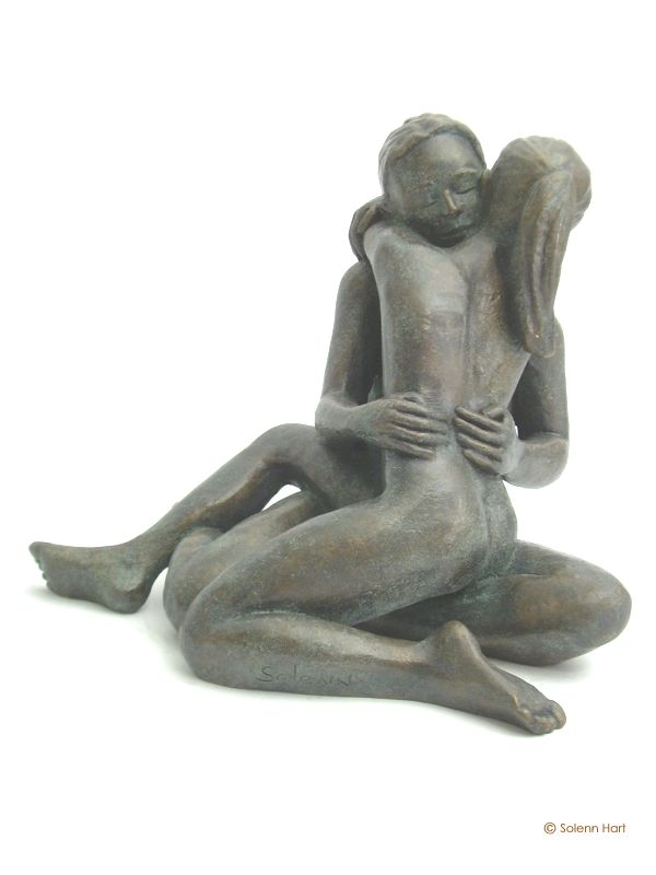 Sculpture couple enlace