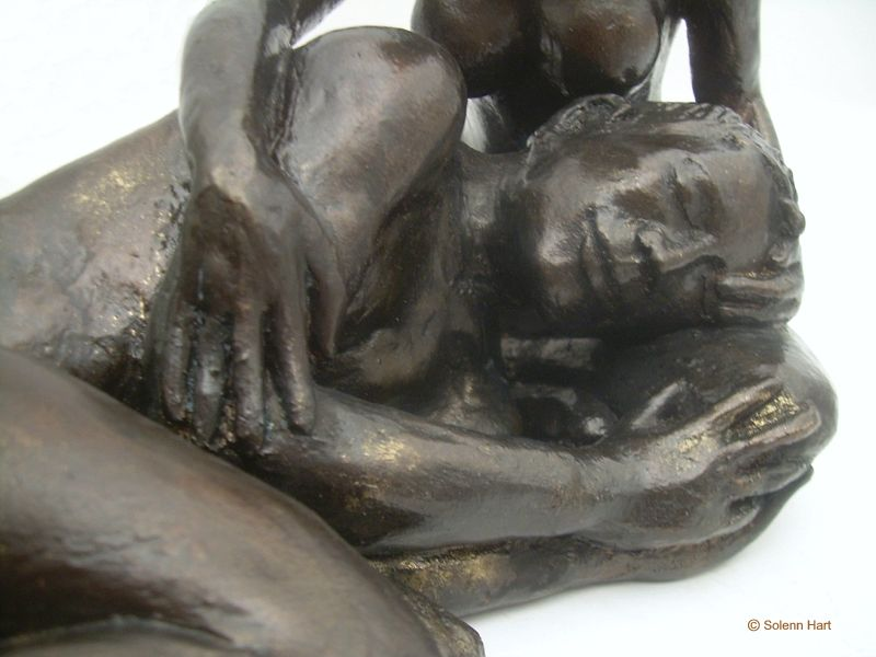 Sculpture couple, les mains posées tendrement