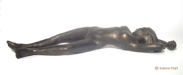 Sculpture femme allongée patine bronze