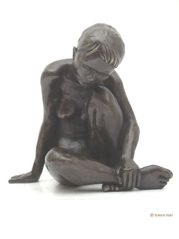 Sculpture femme gracieuse, l'air pensive